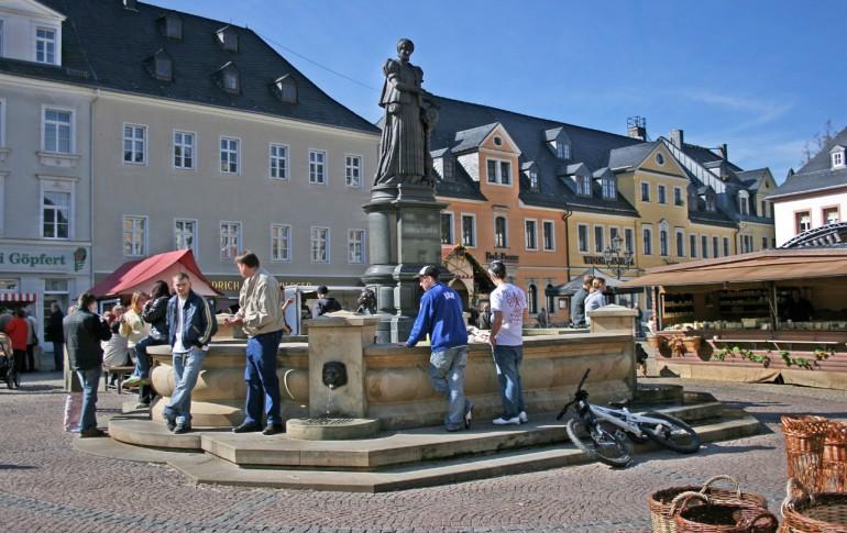 8.1-DE_Hist_Altstdt_Ana_Marktplatz_mit_Barbara_Uthmann_Denkmal.jpg