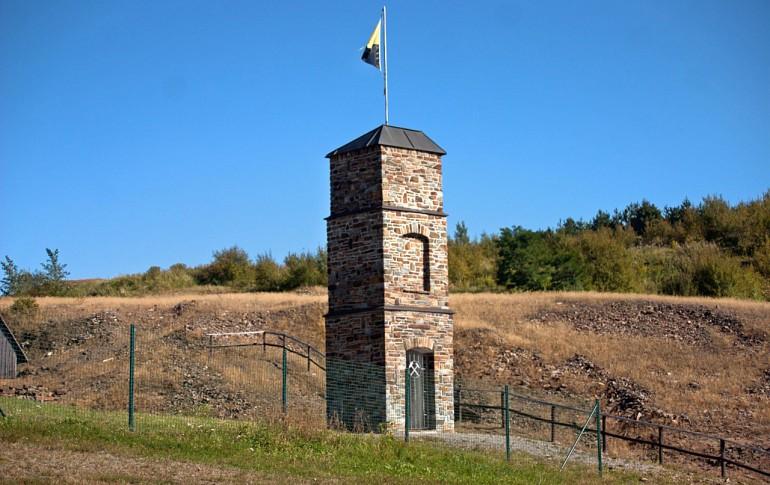 13.1-DE_E-Dorf_SaubHauptRichtsch_Bergarbeiterdenkmal_Oswald_Barthel_Turm.jpg